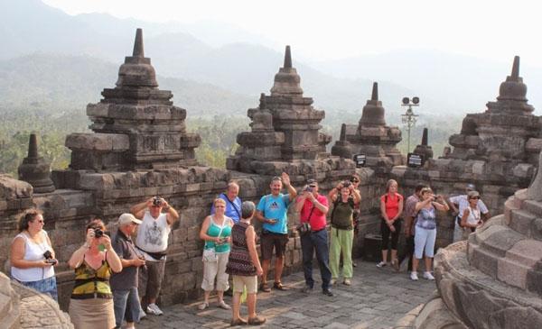 turis-asing-ke-Borobudur
