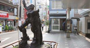 patung gundam