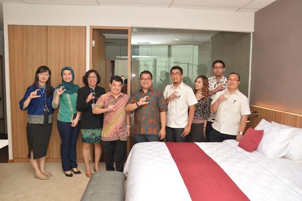 Manajemen OHM dan Tim UBM Serpong di dalam Mock up Room