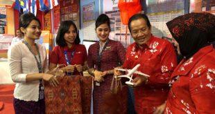 Gubernur Sulawesi Tengah H. Longki L. Djanggola saat menerima miniatur Lion Air Boeing 737-900ER dari pramugari